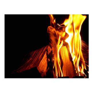 Carte postale brûlante en bois et de feu