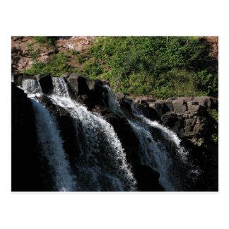 Carte Postale Cascade majestueuse - la groseille à maquereau