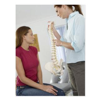 Carte Postale Chiroprakteur et patient. Le chiroprakteur est