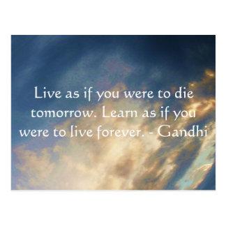 Carte Postale Citation de sagesse de Gandhi avec des nuages de