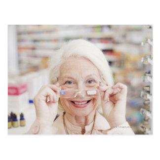 Carte Postale Client essayant dans des lunettes de prescription