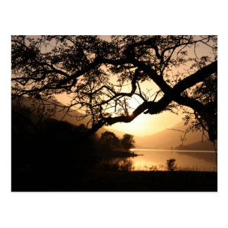 Carte Postale Coucher du soleil écossais à travers un loch
