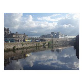 Carte postale de réflexion de rive de Dublin