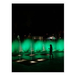 Carte Postale Enfant jouant dans la fontaine d'eau