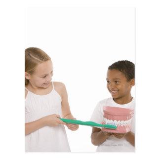 Carte Postale Enfants avec un ensemble modèle de dents et