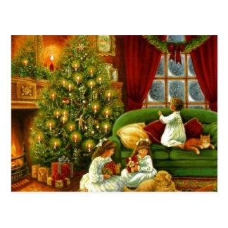Carte Postale Enfants vintages ouvrant des cadeaux de Noël