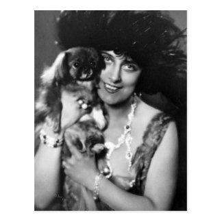 Carte Postale Femme avec Pekingese, les années 1920