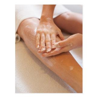 Carte Postale Femme recevant le massage de jambe avec la lotion