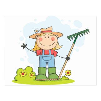 Carte Postale Fille d'agriculteur avec un râteau dans l'herbe