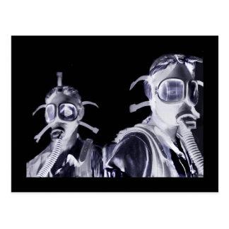 Carte Postale Filles de masque de gaz dans le pourpre