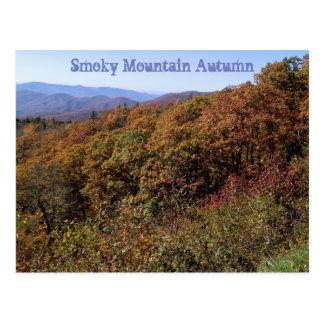Carte postale fumeuse d'automne de montagne