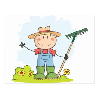 Carte Postale Garçon d'agriculteur avec un râteau dans l'herbe