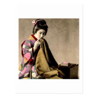 Carte Postale Geisha japonais vintage cousant un kimono vieux