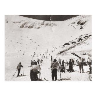 Carte Postale Image vintage de ski, skieurs sur les pentes