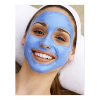 Carte Postale Jeune femme portant le masque facial, souriant,