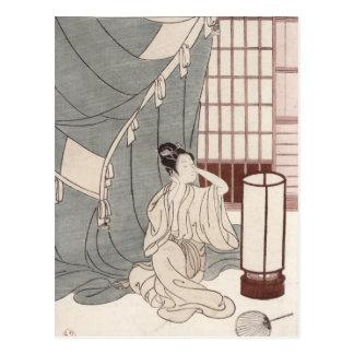 Carte Postale Jeune femme se mettant à genoux par sa