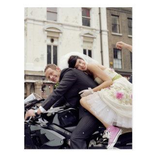 Carte Postale Jeunes mariés sur la motocyclette, souriant,