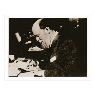 Carte Postale Karl Faberge (1846-1920) au travail, 20ème siècle