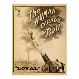 Carte Postale L'acte de cirque vintage humain de boule de canon