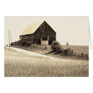 Carte postale latérale de grange de pays, pensant
