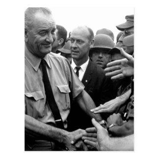 Carte Postale Le Président Lyndon B. Johnson salue les troupes