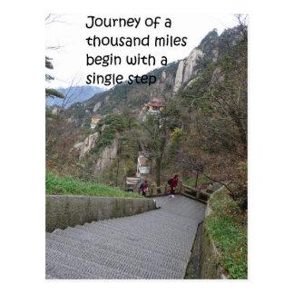 Carte Postale Le voyage de mille milles commencent par le pas à