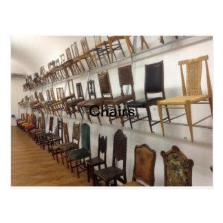 Carte Postale Les chaises conçoit dans le musée pour des arts