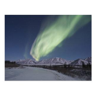 Carte Postale Les flammes des borealis de l'aurore remplissent
