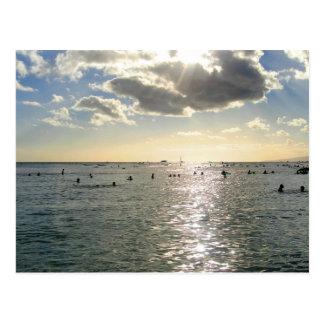 Carte Postale Les gens nageant à la plage de Waikiki au coucher