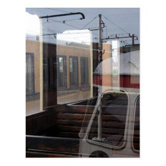 Carte Postale Les réflexions de Windows de yard de rail du cru