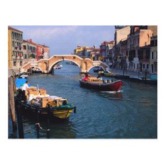 Carte Postale L'Europe, Italie, Venise. Bateaux apportant dedans