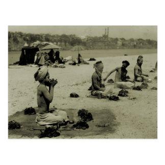 Carte Postale L'Inde vintage, le Taj Mahal, hommes saints indous