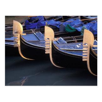 Carte Postale L'Italie, Vénétie, Venise. Rangée des gondoles