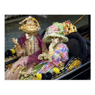 Carte Postale L'Italie, Venise. Couples habillés dans des