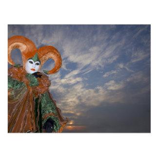 Carte Postale L'Italie, Venise. Femme habillée dans le costume