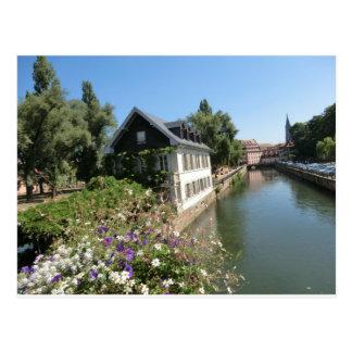 Carte Postale Maison pittoresque avec des fleurs et des canaux,