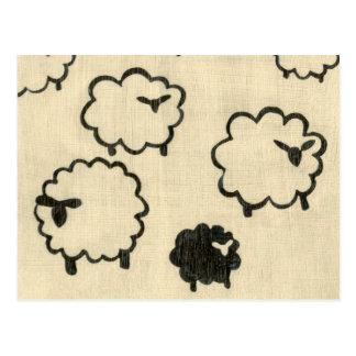 Carte Postale Moutons blancs et noirs sur l'arrière - plan crème
