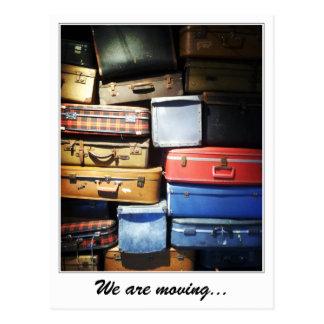 Carte Postale Nous déplaçons la pile de valises