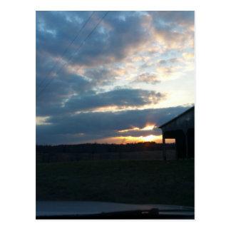 Carte Postale nuages de coucher du soleil/grange