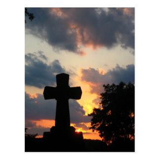 Carte Postale Obscurcissez la croix au coucher du soleil