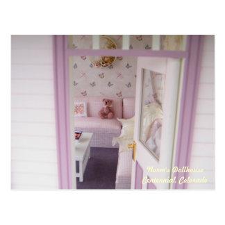 Carte Postale Ours miniature dans un cottage miniature