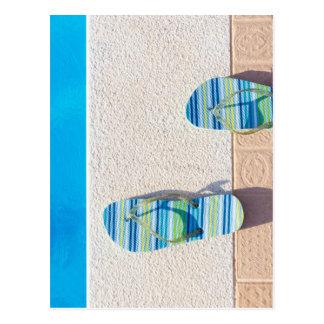 Carte Postale Paires de pantoufles au bord de la piscine
