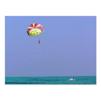 Carte Postale Parachute ascensionnel au-dessus de l'eau bleue