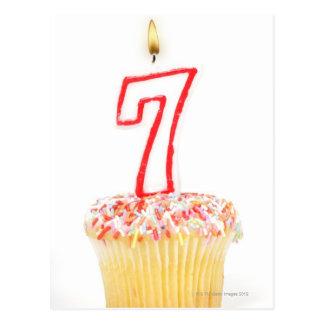 Carte Postale Petit gâteau avec une bougie numérotée 7