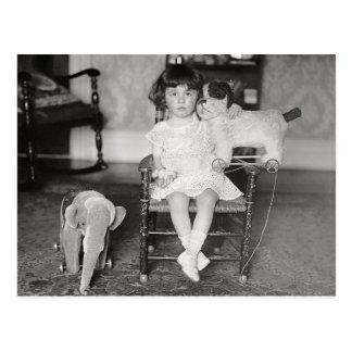 Carte Postale Petite fille avec Toys bourré, 1922