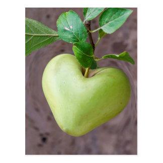Carte Postale pomme de coeur sur l'arbre
