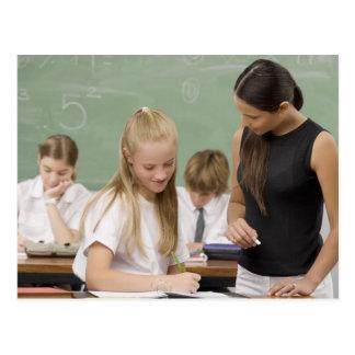 Carte Postale Professeur féminin enseignant une écolière avec