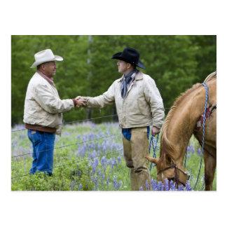 Carte Postale Propriétaires d'un ranch se serrant la main à