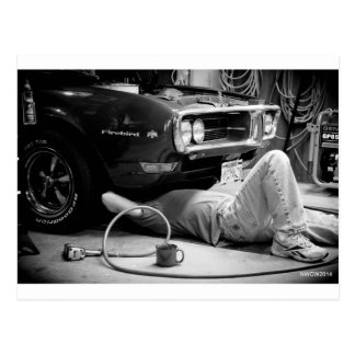 Carte Postale Réparation de la voiture de muscle !