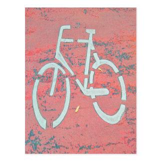 Carte Postale Rue rouge de bicyclette blanche, bicyclettes de